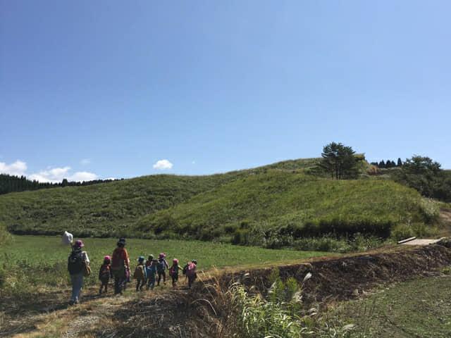 自然の中散歩する子どもたち