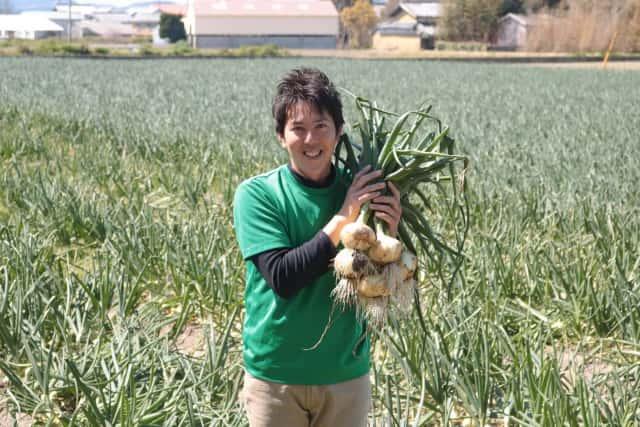 タマネギを抱える迫田さん