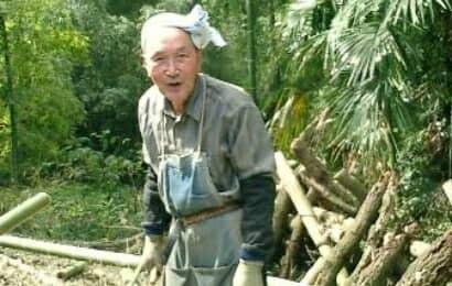 山仕事をするおじいちゃん