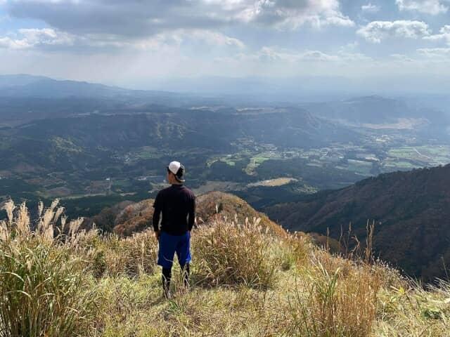 山の上に立つ青年