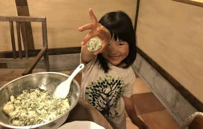 料理作りを手伝う女の子