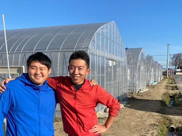 ハウスの前に立つ宇田川さんと井上さん