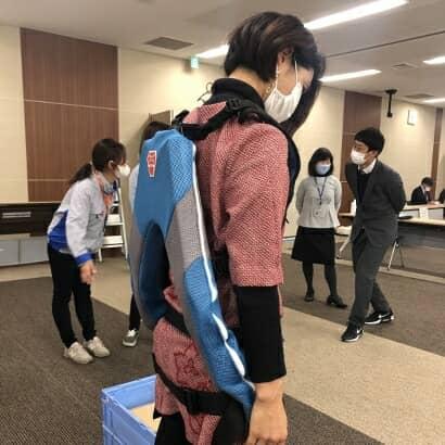 アシストスーツを背負う大津さん