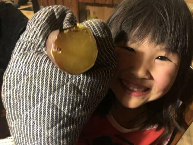 焼き芋を持つ少女