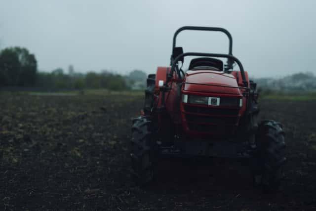 ジャガイモ畑とトラクター