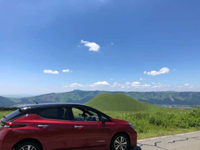電気自動車と阿蘇の風景