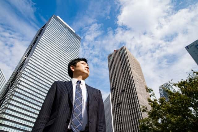 街に立つビジネスマン