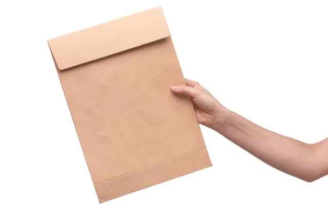 封筒を差し出す手