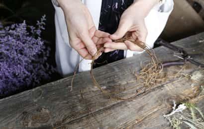 リースの作り方③手で枝をまとめる