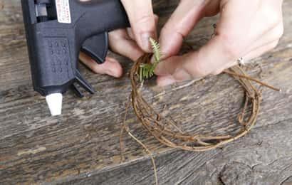 リースの作り方④グルーガンで花材をつける