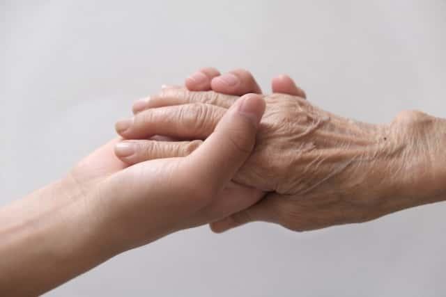 手をつなぐ老人と若者