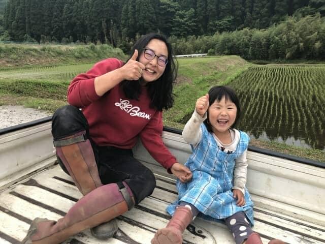 トラクターの上で笑う女たち