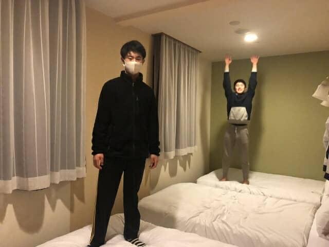 ホテルのベットの上に乗る少年たち