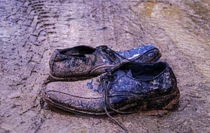 泥だらけの靴だけ