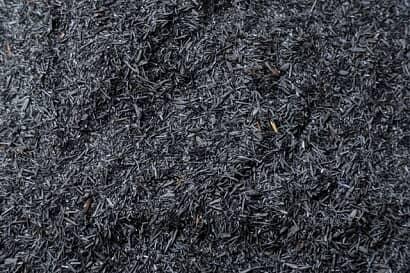 一面に敷きつけられたもみ殻くん炭