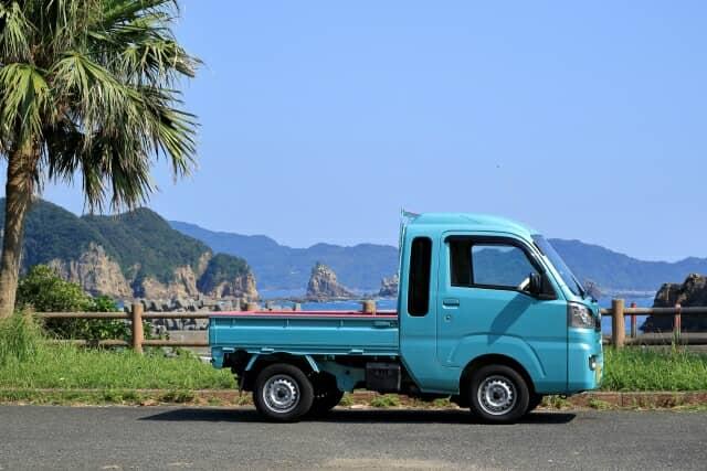 青い軽トラック