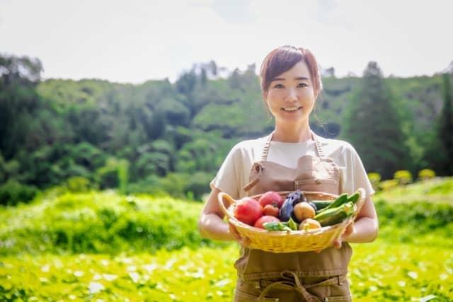 農業をしている女性
