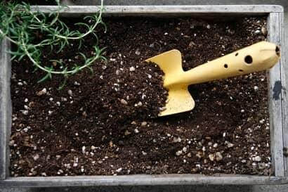 プランターの中の土とスコップ