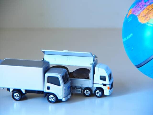 トラックと地球儀