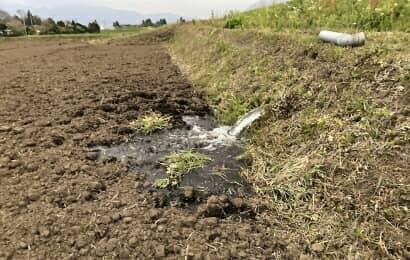 田んぼに水を引く