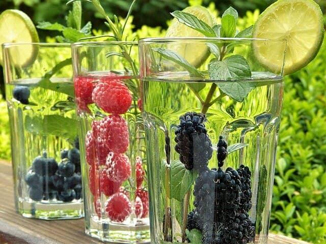 グラスの水に入ったラズベリー