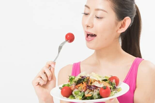 サラダを食べる健康的な女性