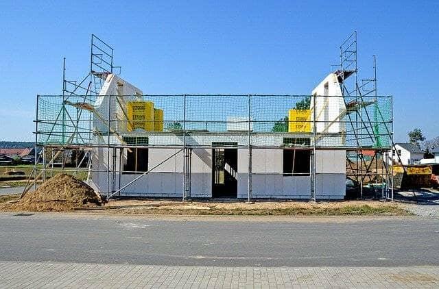 建設中のプレハブ倉庫