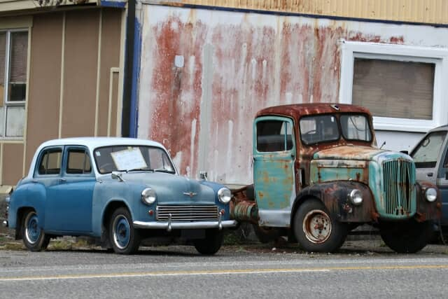 捨てられた中古車