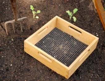 ガーデンと土ふるい