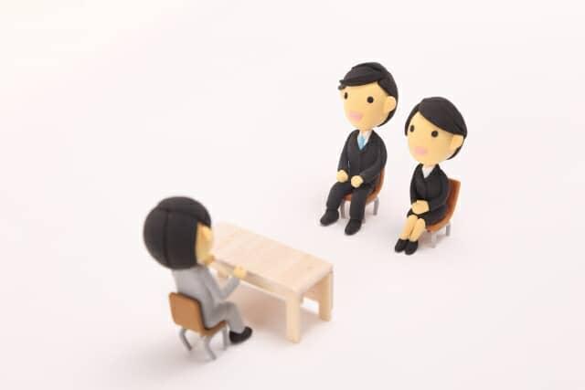 面接をしている人形