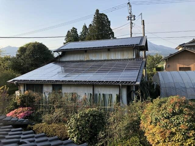 屋根の上の太陽光パネル