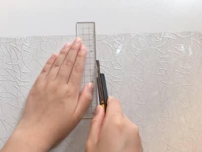 寸法に合わせて、窓用フィルムをカット