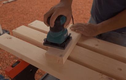 木材にサンダーをかける