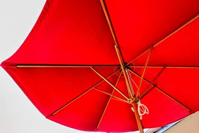 広げられた赤いパラソル・背景