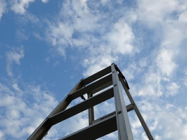 青空に伸びるはしご