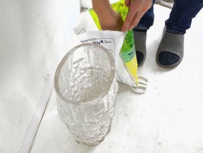 容器に根腐れ防止剤を入れる