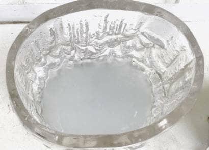 容器に水を入れる