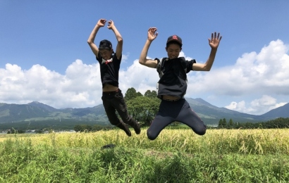 ジャンプをする少年たち