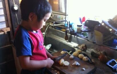 料理する子ども