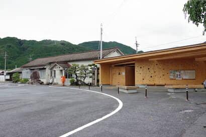 久世駅の駅舎とCLTトイレ