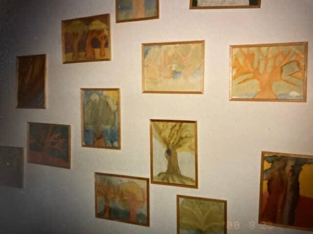 施設の廊下の絵画