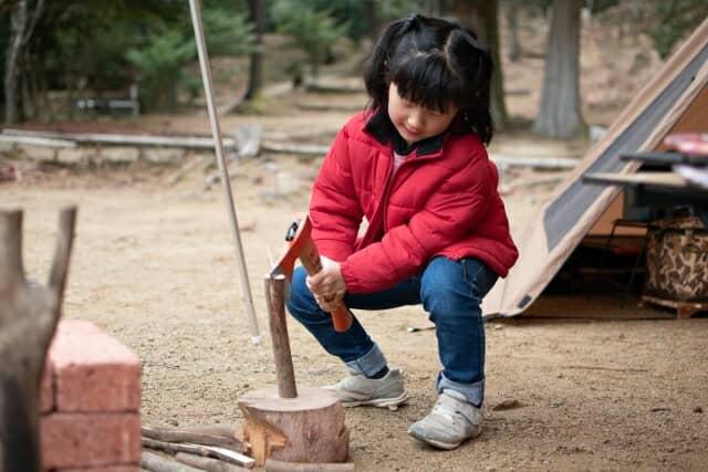 薪割りする女の子