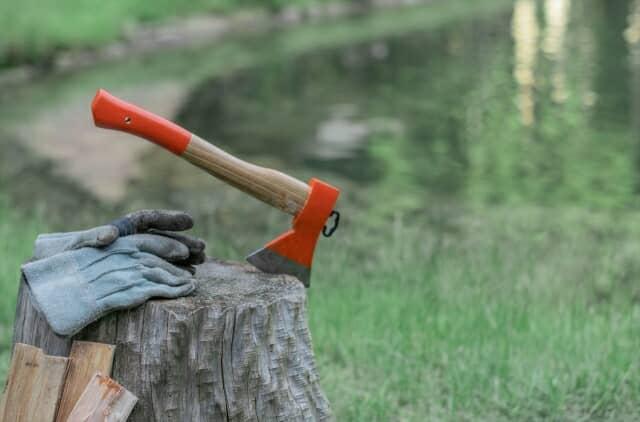 湖畔で薪割り