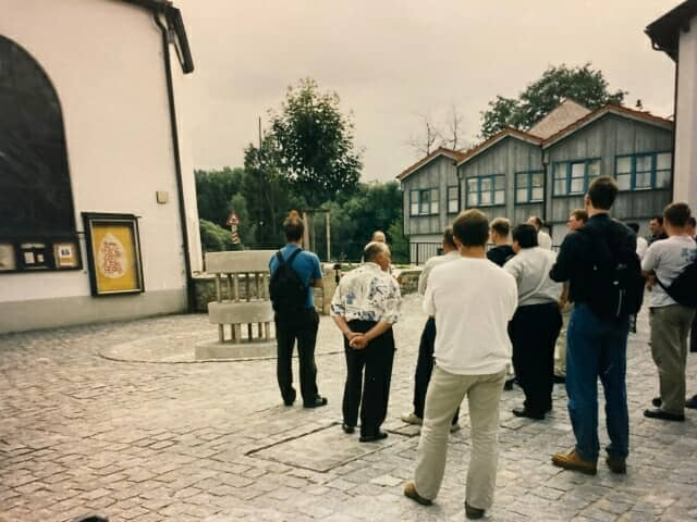 ドイツの街を視察する人々