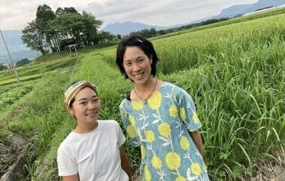 田んぼに立つ女性たち