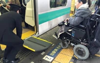 車椅子の人が電車に乗る